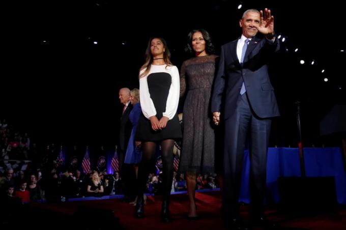 Ông Obama cùng vợ và con gái cảm ơn các khán giả đã có mặt lắng nghe bài phát biểu. (Ảnh: Reuters)