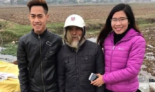 Chị Trang (bên phải) trong một chuyến từ thiện.