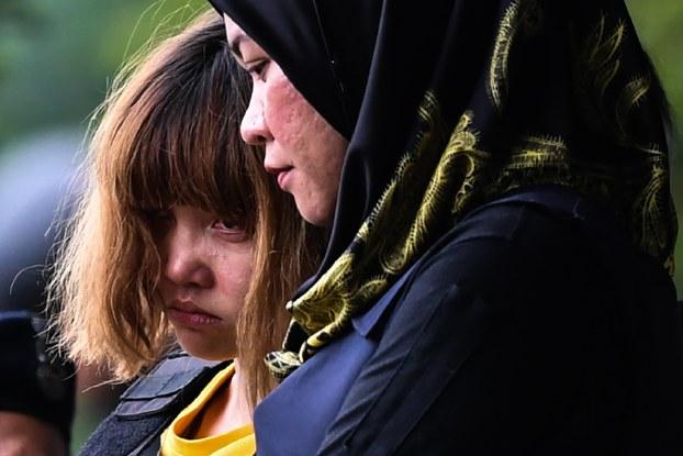 Nghi phạm Đoàn Thị Hương được dẫn giải khỏi tòa sau phiên tòa sơ thẩm hôm 1/3 tại Malaysia. (Ảnh: AFP)