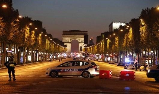 Xe cảnh sát được huy động chắn ở Đại lộ Champs Elysees.