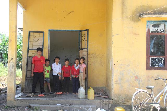 Căn nhà nội trú được mượn của xã là nơi ở của 8-12 em học sinh nam nữ