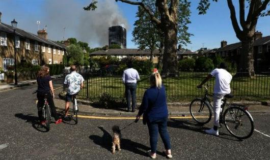 Tòa nhà bị cháy nhìn từ cách đó vài tòa nhà.