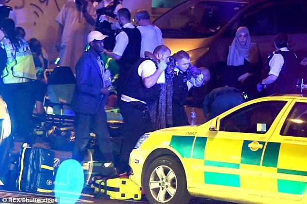 Người bị thương được trợ giúp, đưa tới bệnh viện. (Ảnh: Dailymail)