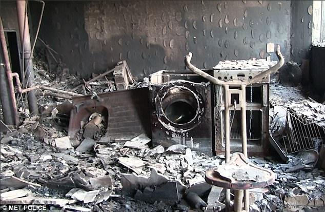 Các vật dụng trong căn hộ đều bị cháy rụi, biến dạng.