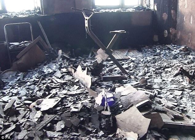 Sau vụ cháy, những đống bê tông vỡ vụn, chất ngổn ngang trên sàn nhà thuộc tòa thápGrenfell.