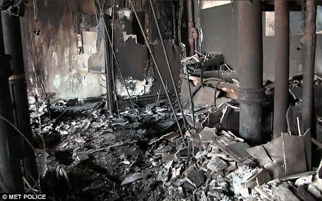 Trần nhà đổ sập làm lộ ra những đường ống vỡ tung sau vụ hỏa hoạn.