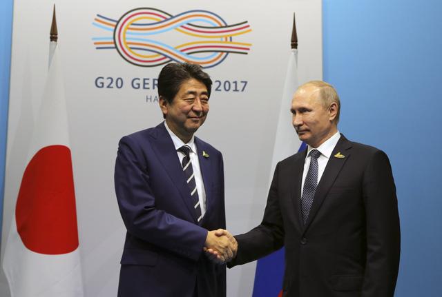 Thủ tướng Nhật Bản Shinzo Abe (trái) và Tổng thống Nga Vladimir Putin. (Ảnh: Reuters)