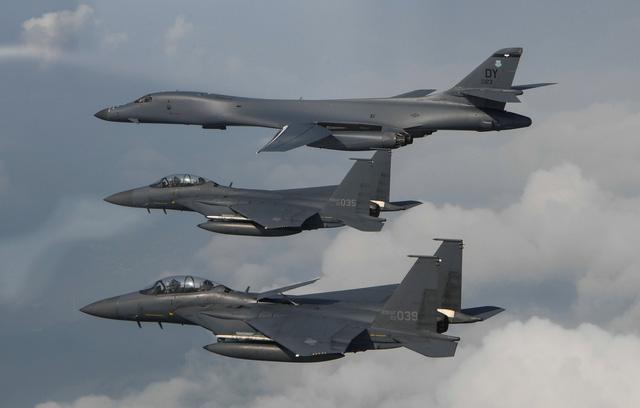 Máy bay B-1B Lancer của Mỹ và máy bay chiến đấu F-15 của Hàn Quốc trong cuộc tập trận chung hồi tháng 7. (Ảnh: Reuters)