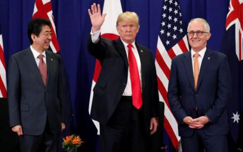 Tổng thống Mỹ Donald Trump, Thủ tướng Nhật Bản Shinzo Abevà Thủ tướng Australia Malcolm Turnbull có cuộc hội đàm tại Manila, Philippines. (Ảnh: Reuters)