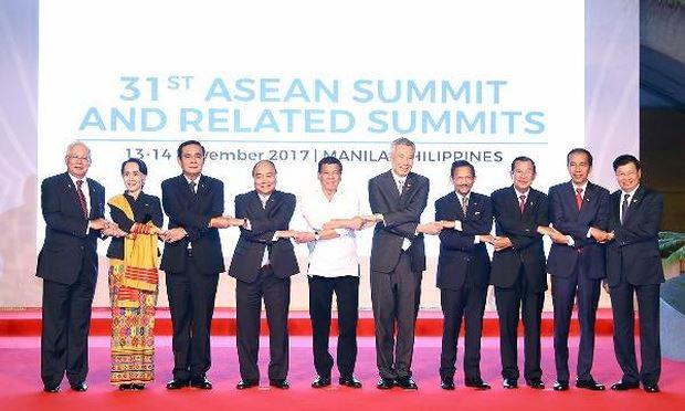 Thủ tướng Nguyễn Xuân Phúc chụp ảnh cùng các nhà lãnh đạo các nước ASEAN.