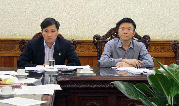 Bộ trưởng Lê Thành Long (phải) chủ trì cuộc họp