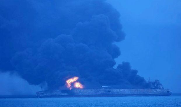 Ngày 7/1, tàu của Iran vẫn đang cháy dữ dội.