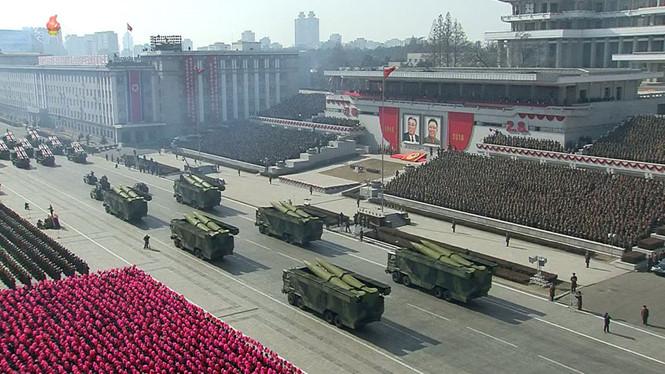 Các bệ phóng tên lửa di động và binh sĩ tại cuộc duyệt binh ở Bình Nhưỡng.