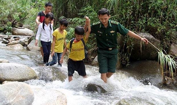 Bộ đội Biên phòng vượt suối, trèo đèo đưa trẻ em đến lớp.