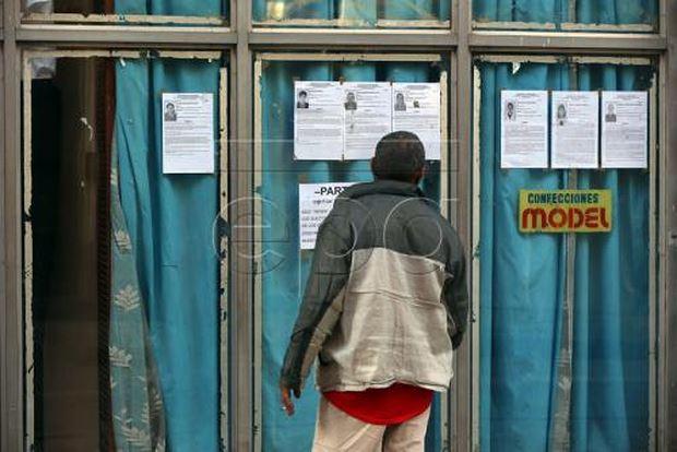 Một người dân Cuba đi bầu cử Quốc hội. Ảnh: EPA