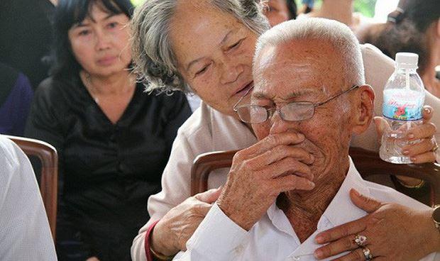 Một người dân xúc động trước linh cữu nguyên Thủ tướng Phan Văn Khải.