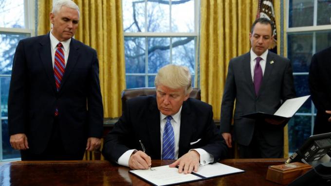 Tổng thống Mỹ Donald Trump ký sắc lệnh rút Mỹ khỏi TPP tại Nhà Trắng. (Ảnh: Reuters)