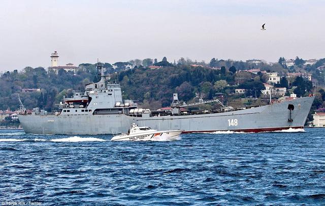 Tàu đổ bộ dự án 117 lớp Alligator của Nga được cho là chở khí tài quân sự tới Syria. (Ảnh: Twitter)