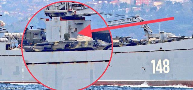 Xe tăng trên tàu đổ bộ dự án 117 lớp Alligator của Nga. (Ảnh: Twitter)
