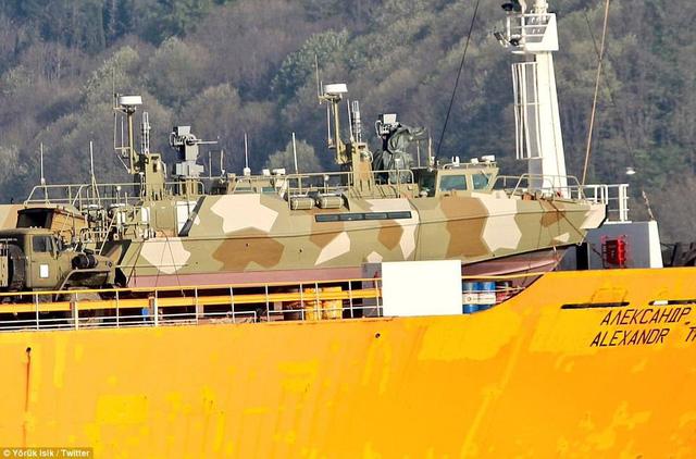 Hình ảnh thiết bị quân sự được chụp lại trên boong tàu. (Ảnh: Twitter)