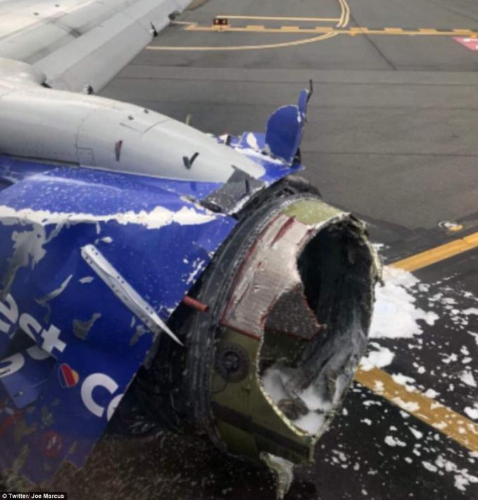 Động cơ máy bay phát nổ, mảnh vụ bay ra làm vỡ kính máy bay. (Ảnh: Dailymail)