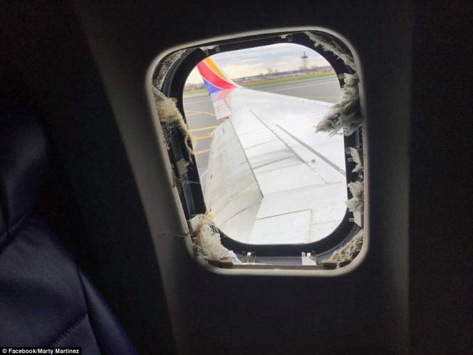Kính máy bay vị vỡ. (Ảnh: Dailymail)