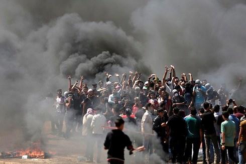 Hàng nghìn người dânPalestine tiến hành biểu tình phản đối quyết định của Mỹ và chính phủIsrael. (Ảnh: AFP)