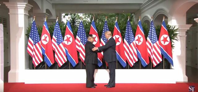 Tổng thống Trump và nhà lãnh đạo Kim Jong-un bắt tay nhau (Ảnh: ST)