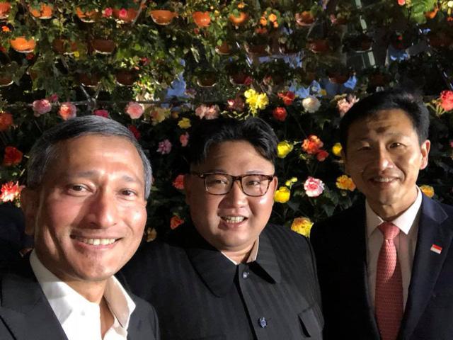 Ngoại trưởng Singapore Vivian Balakrishnan (bên trái) và nhà lãnh đạo Triều Tiên Kim Jong-un (giữa) chụp ảnh