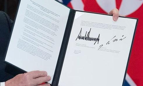 Nhìn gần văn bản của hai ông Trump - Kim. Ảnh: AFP