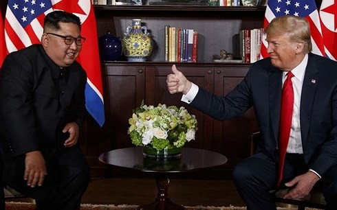 Ông Kim (trái) và ông Trump trong cuộc trò chuyện riêng trong khuôn khổ Thượng đỉnh Mỹ-Triều 12/6. Ảnh: AP.