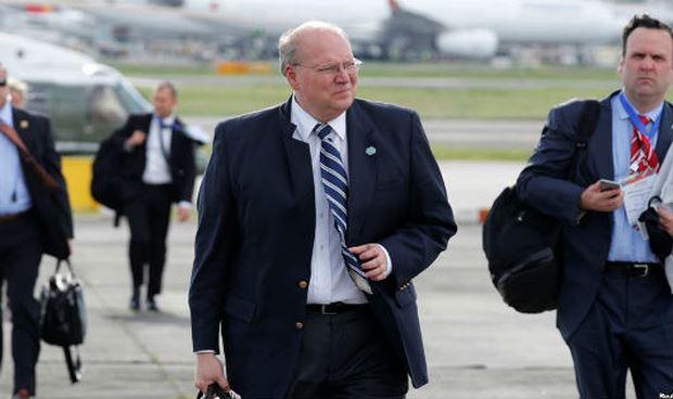 Phó chánh văn phòng Nhà Trắng Joe Hagin (ở giữa).