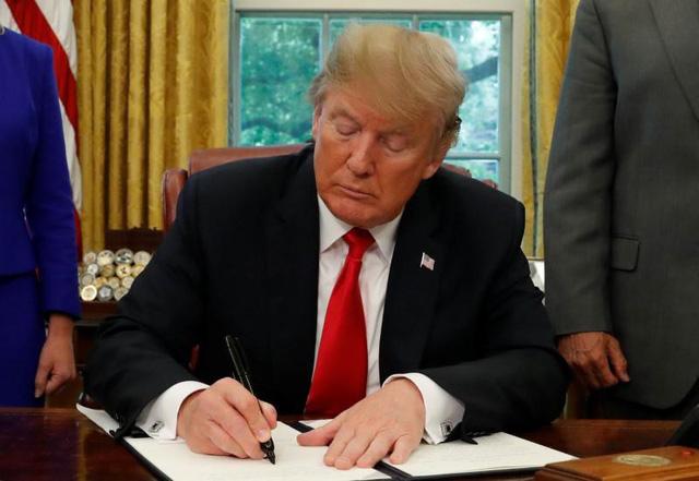 Tổng thống Trump ký sắc lệnh ngừng chia rẽ gia đình nhập cư ở biên giới ngày 20/6. (Ảnh: Reuters)
