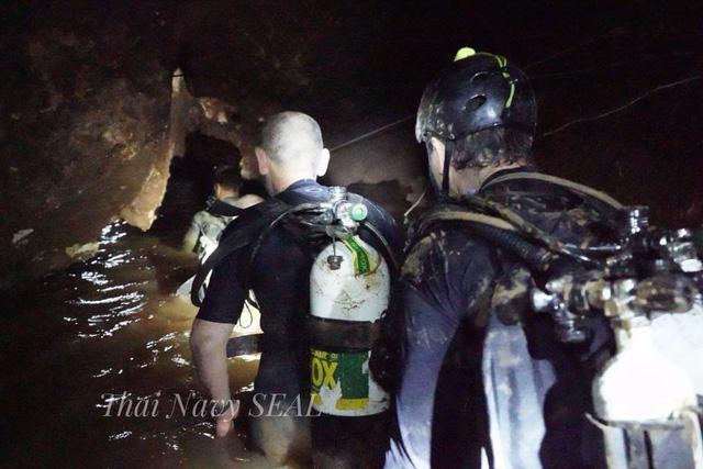 Các thợ lặn tiến vào hang Tham Luang (Ảnh: Reuters)