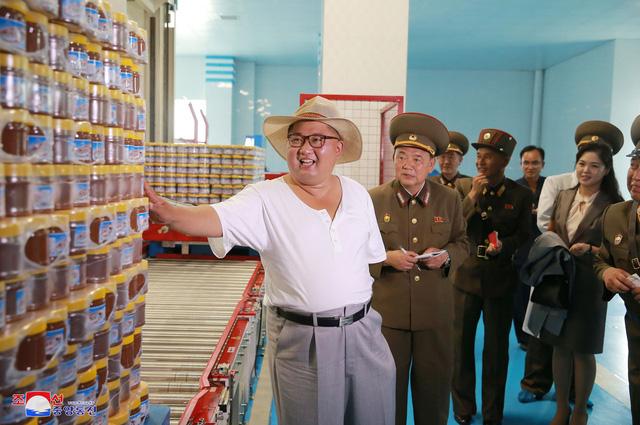 Trong các chuyến thị sát hoặc khi tham dự các sự kiện trước đây, ông Kim Jong-un thường lựa chọn những bộ trang phục theo phong cách Mao Trạch Đông với thiết kế trang trọng.