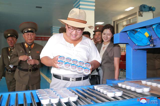 Trong những tháng gần đây, ông Kim Jong-un đã tiến hành hàng loạt chuyến thị sát tới các nhà máy, cơ sở sản xuất tại Triều Tiên. Đây được cho là một phần trong kế hoạch thúc đẩy nền kinh tế Triều Tiên phát triển của ông Kim Jong-un.