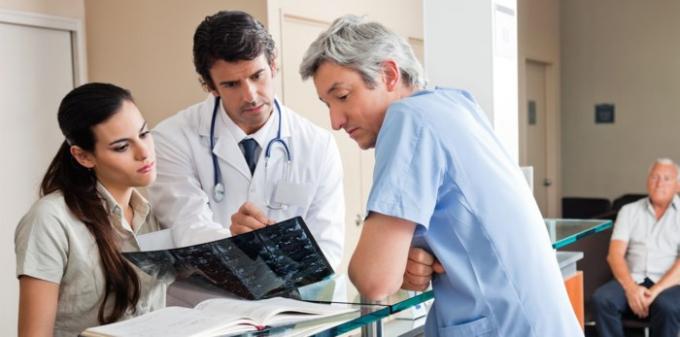 Bác sĩ - Lương trung bình năm: 195.842 USD