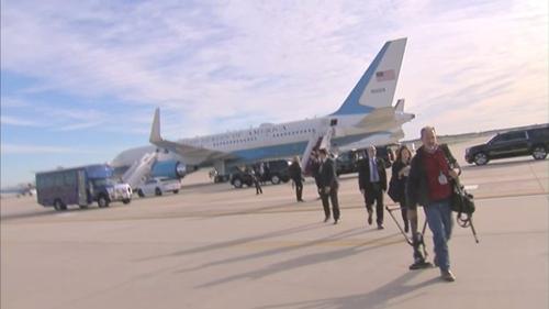 Nhóm phóng viên rời khỏi máy bay. Ảnh:Twitter.