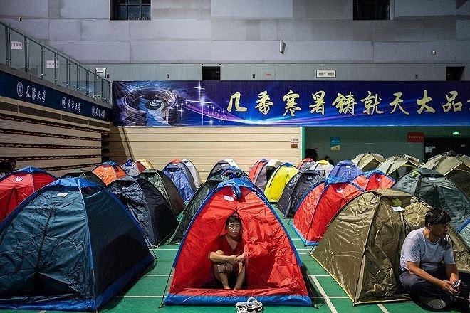 Phụ huynh của sinh viên năm nhất cắm trại ở ĐH Thiên Tân khi con họ đang làm quen với cuộc sống mới.