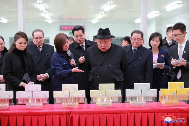 Ông Kim Jong-un và phu nhân tới thăm nhà máy dược phẩm Tong Ren Tang ở Bắc Kinh.