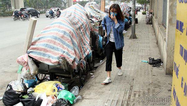 Xe gom rác trước cổng trường ĐH Khoa học xã hội & nhân văn, quận Thanh Xuân (ảnh Vietnamnet)
