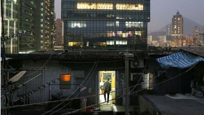 """""""Ổ chuột"""" bất hợp pháp trên tầng thượng của một tòa nhà công nghiệp ở Kwun Tong"""