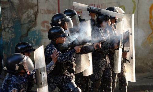 Cảnh sát chống bạo động Venezuela trấn áp người biểu tình hôm 21/1. Ảnh:AFP.