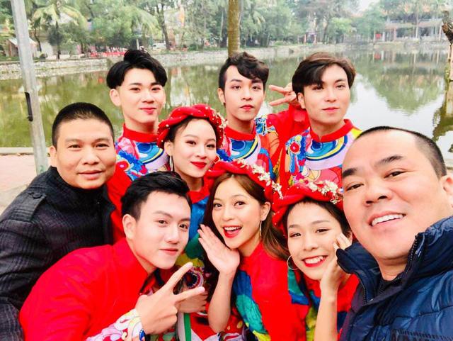 Trịnh Xuân Hảo và đạo diễn Bùi Thọ Thịnh chụp ảnh với Nhật Lê (ở giữa) - bạn gái Quang Hải