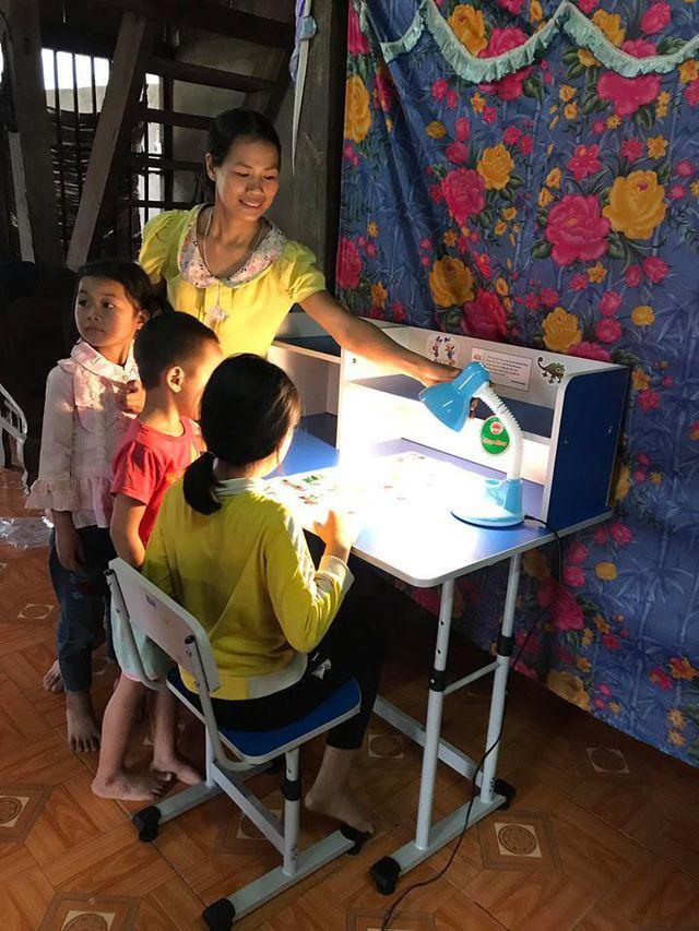 Các em học sinh tại Vị Xuyên háo hức với bàn học mới