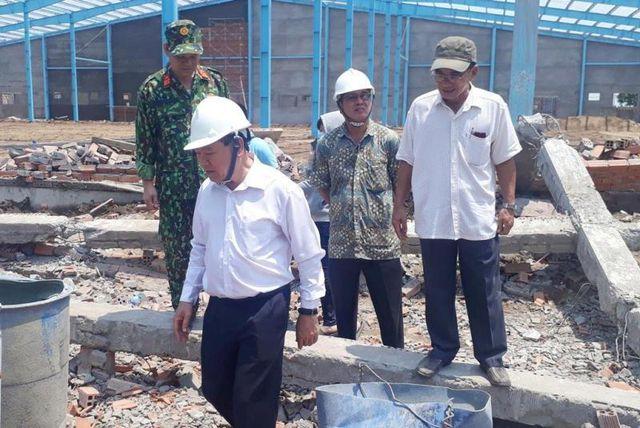 Ông Trần Văn Rón - Bí thư Tỉnh ủy Vĩnh Long - có mặt tại hiện trường chỉ đạo công tác cứu hộ và điều tra.