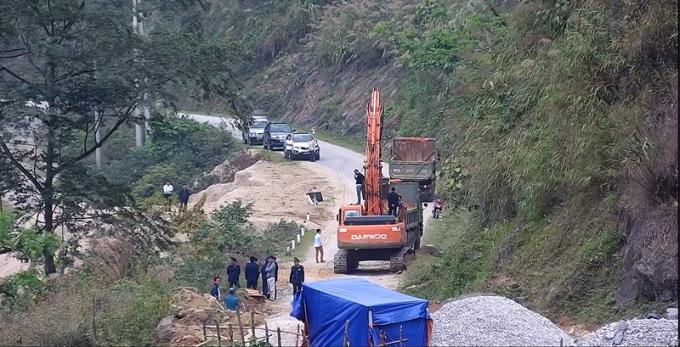 Chính quyền tỉnh Lào Cai huy động lực lượng, cho máy móc thiết bị thi công ngay trên đập và cửa nhận nước (hầm) thủy điện Tà Thàng.