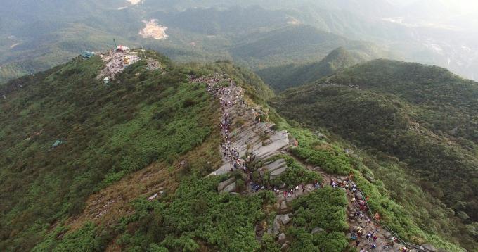 Qua triền núi non thiêng Yên Tử du khách sẽ đến chùa Đồng
