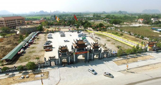 """Điểm dừng đầu tiên khi đến với Yên Tử là chùa Trình.Chùa Trình là điểm dừng chân nơi cửa ngõ Yên Tử để du khách """"đi trình, về tạ""""."""