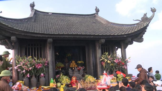 Chùa thờ Tam Tổ, chính vị là vua Trần Nhân Tông, đặc điểm nổi bật là mọi thứ, từ đồ thờ cho đến mái, cột, dầm, xà, rui, kèo trong chùa đều bằng đồng.